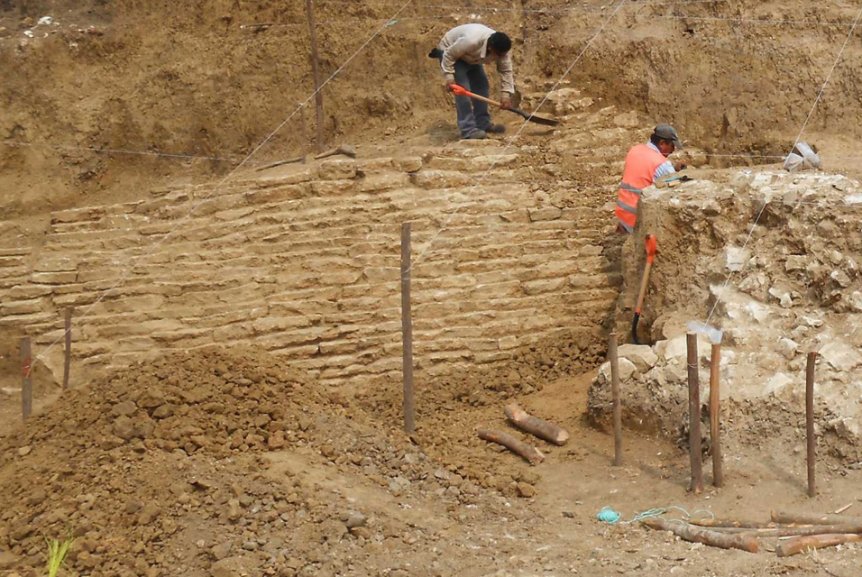 Mexican archaeologists find a pyramid and 30 pre-hispanic burials in the State of Veracruz